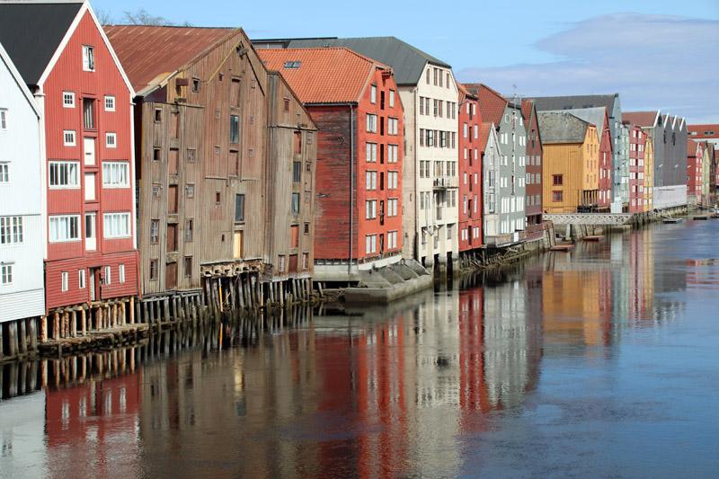Der Stadtteil Bakklandet in Trondheim in NOrwegen mit seinen bunten Speicherhäusern