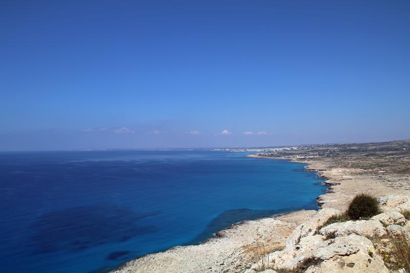Blaues Meer bis zu Horizont am Cap Greco auf Zypern
