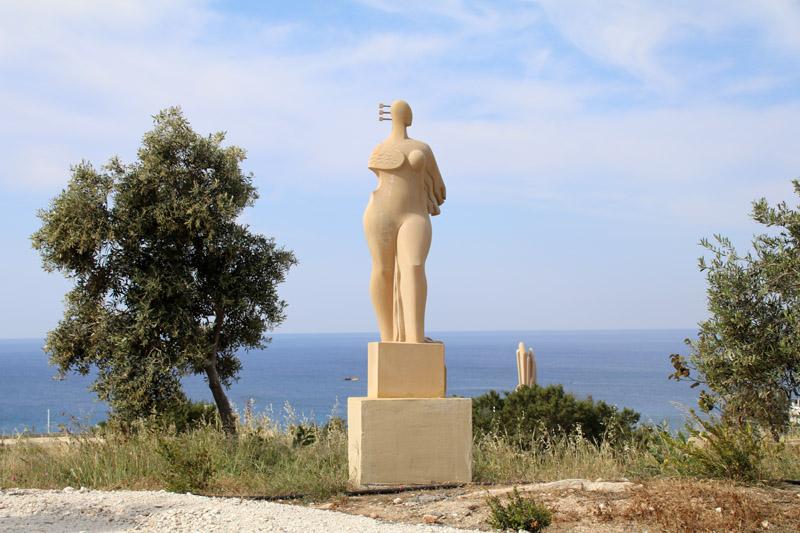 Eine der Skulpturen in Park
