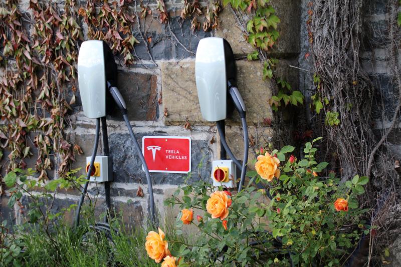 Tesla-Ladestation im Chateau Rhianfa
