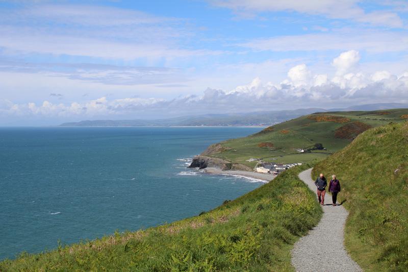 Bei einer Wanderung an der Küste von Wales kann man die Seele baumeln lassen