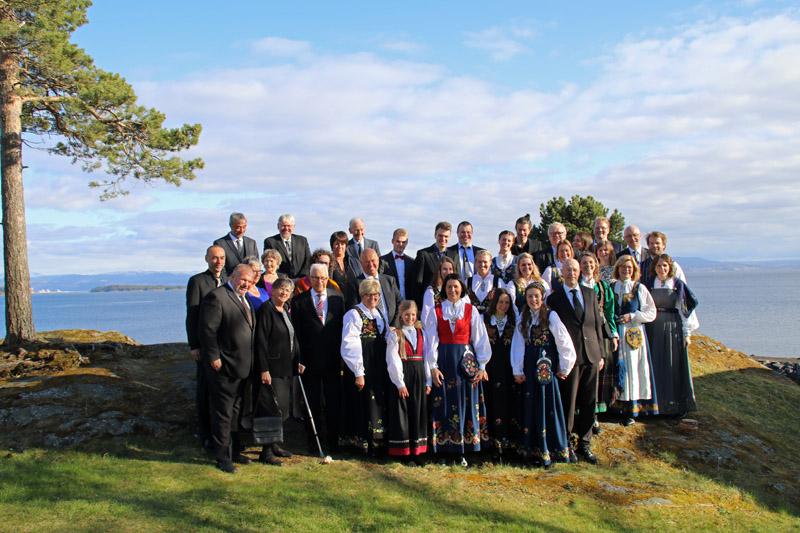 Der Goldene Umweg in Norwegen mit dem Jægtvolden Fjordhotel am Trondheim Fjord und Einheimischen in Tracht