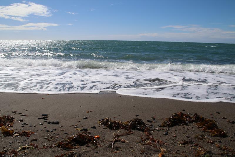 Traumhaft blau schimmert das Wasser an der Küste von Wales