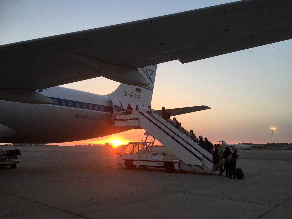 Zum Sonnenuntergang stieg ich in das Flugzeug mit der Condor-Sonderlackierung