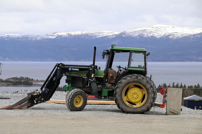 Der Goldene Umweg in Norwegen mit dem Berg Gård und einem Traktor