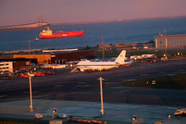Zum Sonnenuntergang leuchteten der Flughafen Kopenhagen mit einer Boeing E-4 und die Öresundbrücke wunderschön