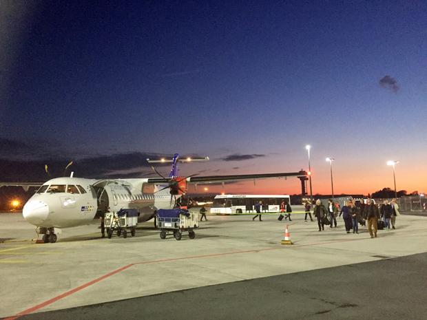 Flugzeug von SAS auf dem Flughafen Hannover bei Sonnenuntergang
