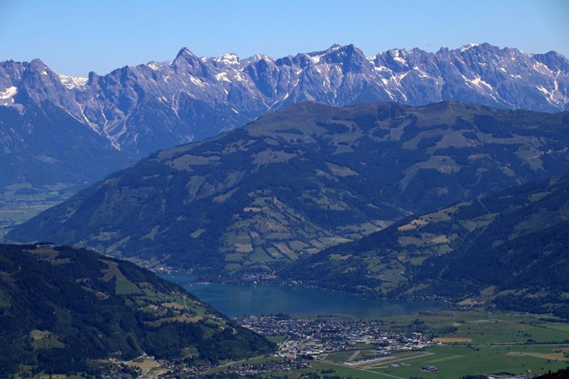 Hinter Zell am See erheben sich imposante Berge