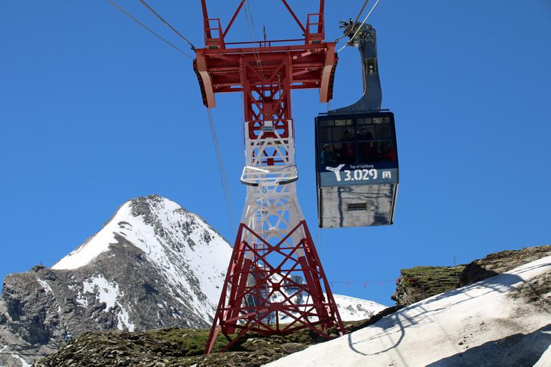 Die dritte Seilbahn fährt mit ihrer 80-Personen-Gondel über 3000 Meter hoch