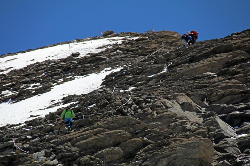 Der Weg bis zum Gipfel ist gesichert, aber nur durch Kletterei zu erreichen