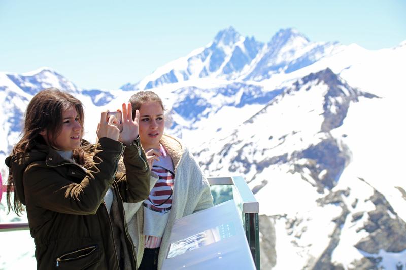 Viele Besucher des Kitzsteinhorns schießen Selfies mit dem Großglockner im Hintergrund