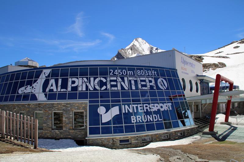 Hinter dem Alpincenter thront bereits der Gipfel des Kitzsteinhorns