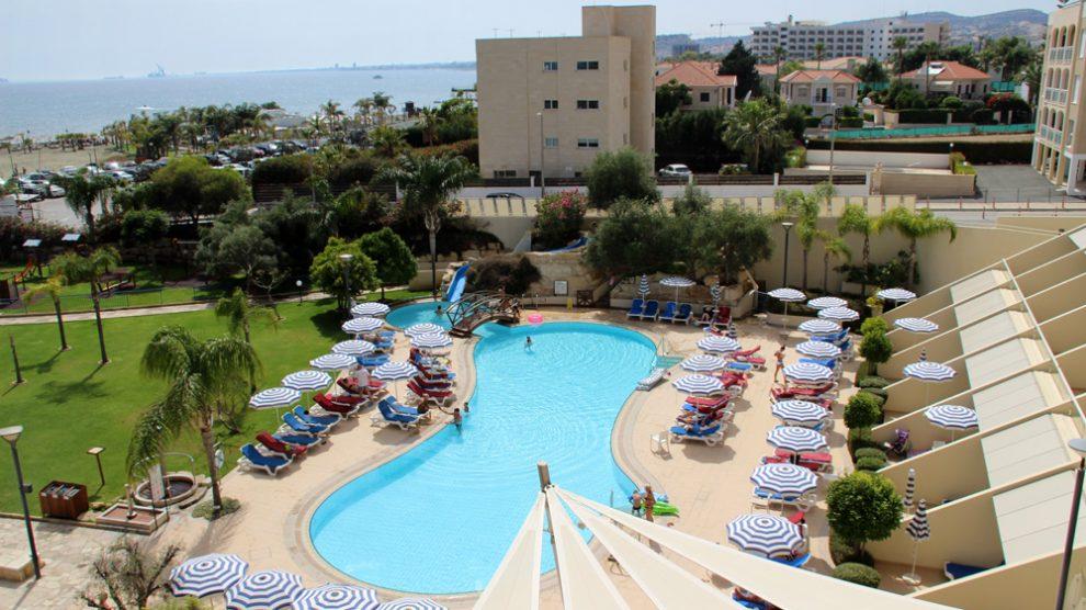 Viele Zimmer im St Raphael Resort in Limassol auf Zypern haben Meerblick