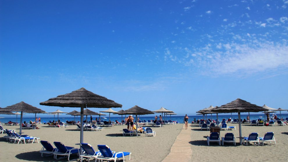 Am hoteleigenen Strand des St Raphael Resort in Limassol auf Zypern lässt es sich aushalten