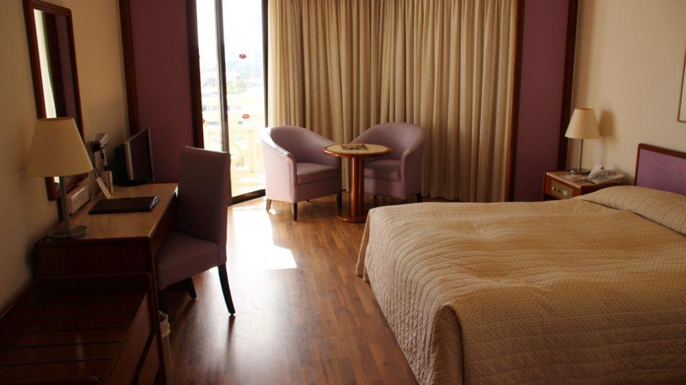 Ein Zimmer auf Zypern, in dem sich gut ein Urlaub verbringen lässt