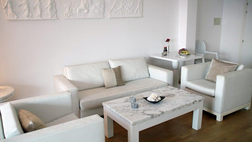 Der Wohnbereich im Grecian Park Hotel auf Zypern ist, wie auch der Rest der Suite, komplett in Weiß gehalten