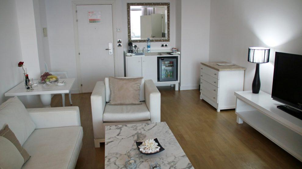 Einen extra Wohnbereich wie hier im Grecian Park Hotel auf Zypern zu haben, ist sehr angenehm