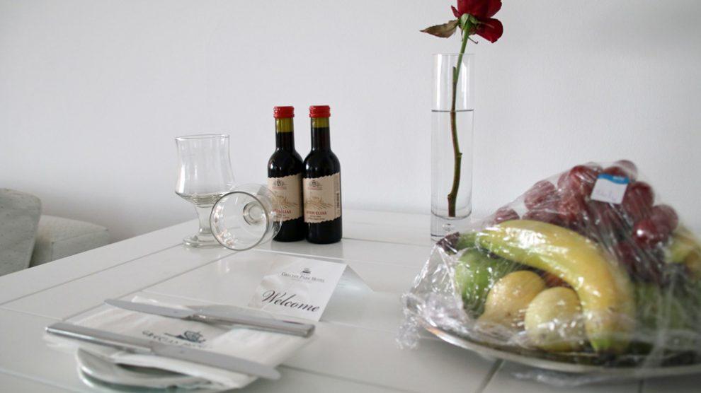 Kleine Weinflaschen und etwas Obst standen in meiner Suite dem Hotelzimmer des Grecian Park auf Zypern bereit
