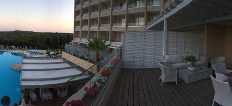Diese riesige Terrasse der Suite im Grecian Park Hotel auf Zypern mit Blick über den Pool und hinaus aufs Meer, hatte ich für mich allein