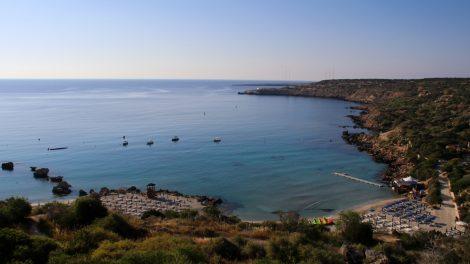 Das Mittelmeer mit dem Cap Greco liegt direkt vor dem Hotel Grecian Park auf Zypern