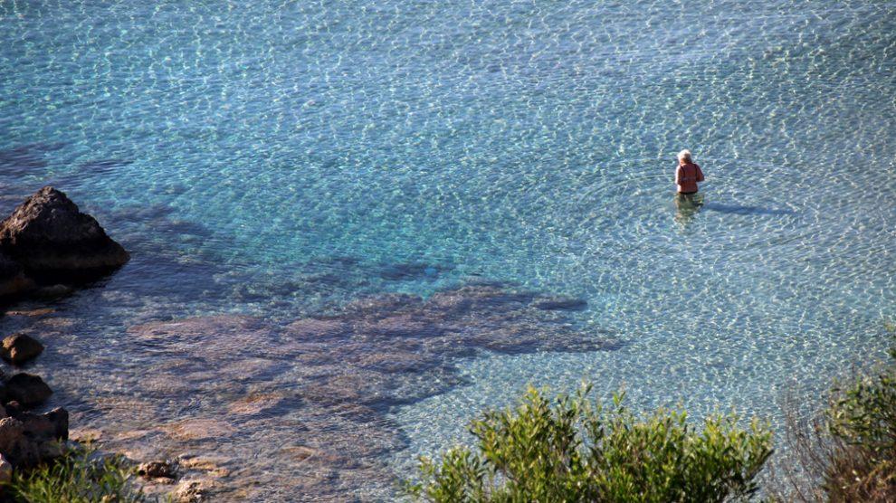 Das Wasser im Mittelmeer am Cap Greco bei Agia Napa auf Zypern ist glasklar