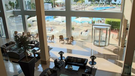 Die Lobby des Grecian Park Hotels ist großzügig gestaltet