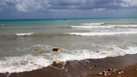 Vor dem Hotel Columbia Beach Ressort Pissouri auf Zypern erstreckt sich ein wahrer Traumstrand
