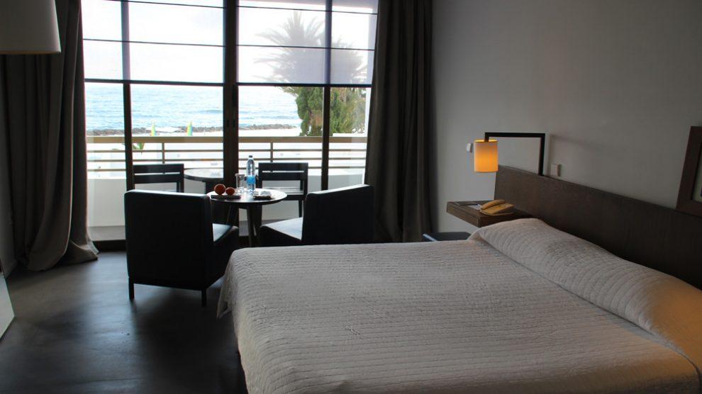Die Zimmer im Designhotel Almyra in Paphos auf Zypern liegen so dicht am Meer, dass man sogar das Meeresrauschen hören kann