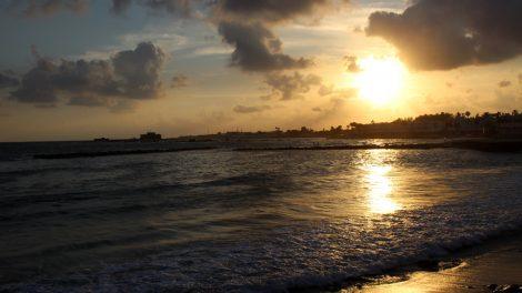 Welch Sonnenuntergang - Die Sonne geht über dem mittelalterlichen Kastell in Paphos auf Zypern unter