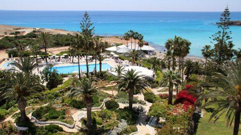 Blick über die Gärten des Grecian Bay Hotels auf Zypern und das Mittelmeer