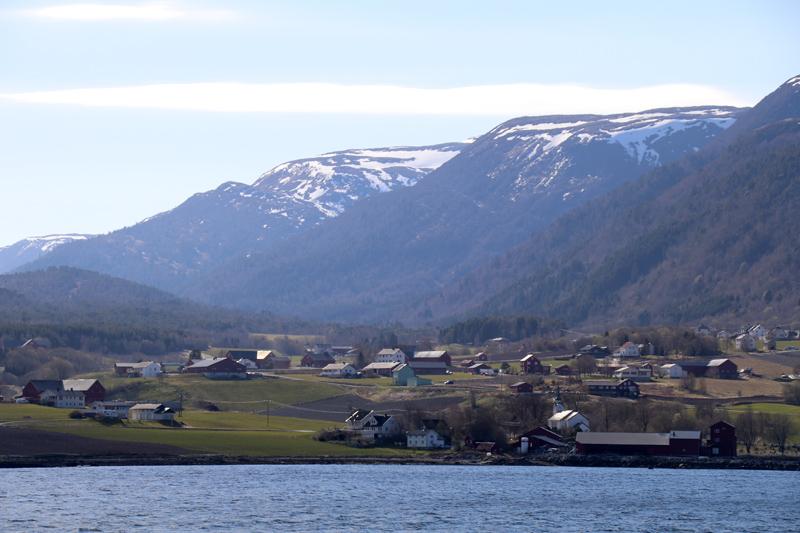 An den Ufern liegen viele Berge
