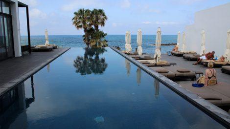Wer statt im Meer lieber im Pool schwimmt, kommt hier im Designhotel Almyra in Paphos auf Zypern auf seine Kosten