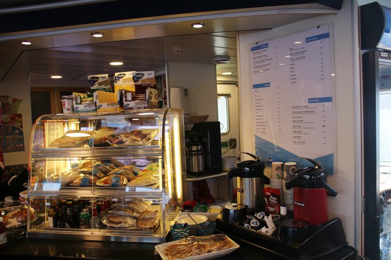 Kleine Snacks gibt es auf dem Schiff zu kaufen