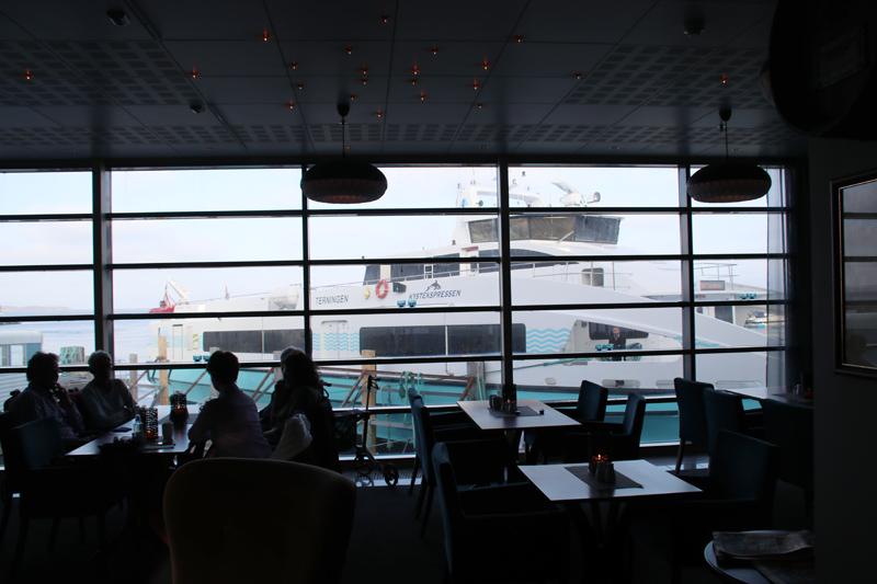 Der Frühstücksraum im Ørland Kysthotell bietet einen Blick direkt auf den Fähranleger