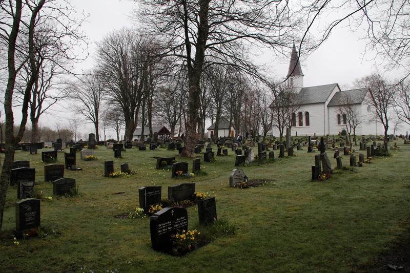 Malerisch präsentiert sich die kleine Kirche mit dem angeschlossenen Friedhof