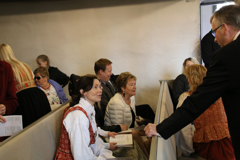 Fast jeder trägt die Bunad - eine lokale norwegische Tracht