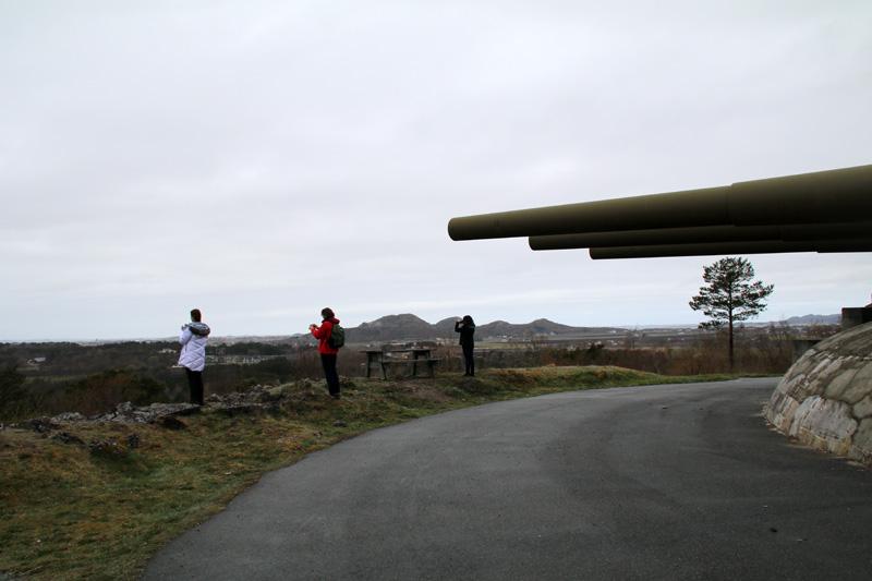 Blick vorbei am Drillingsturm auf die Küste