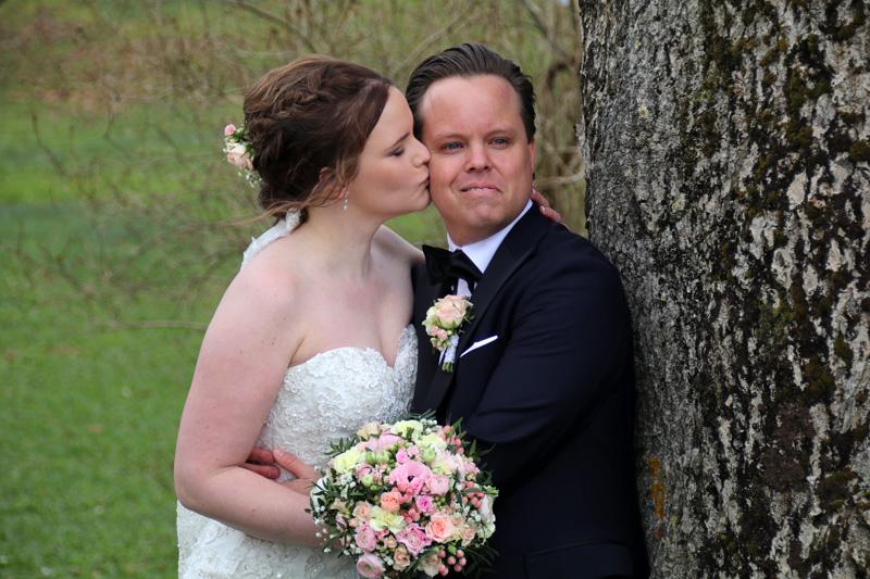 Ein Hochzeitspaar lässt sich auf der Burg Austrått fotografieren