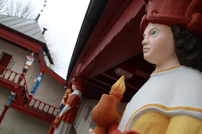 Viele Figuren wurden liebevoll aus Holz geschnitzt
