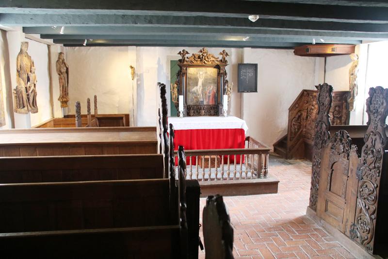 Die Einrichtung der alten Kapelle besteht fast komplett aus Holz