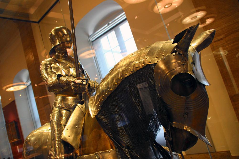 Ein Ritter mit Rüstung auf einem Pferd im Deutschen Historischen Museum in Berlin