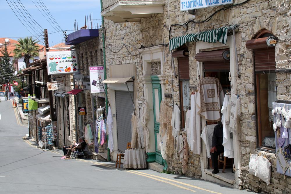 Stickereien sind in Lefkara auf Zypern in vielen Geschäften zu bekommen