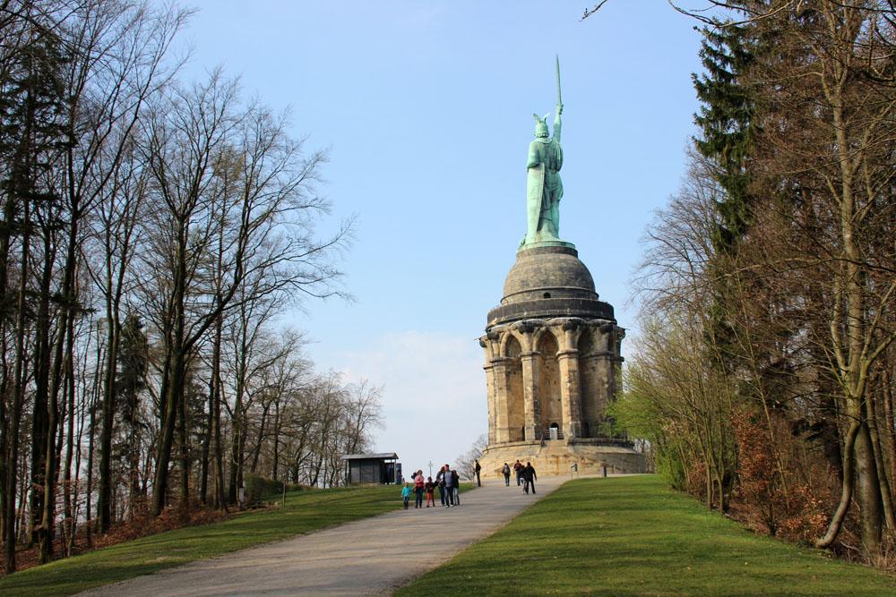 Rund um den steinernen Sockel des Hermannsdenkmals verläuft eine Aussichtsplattform
