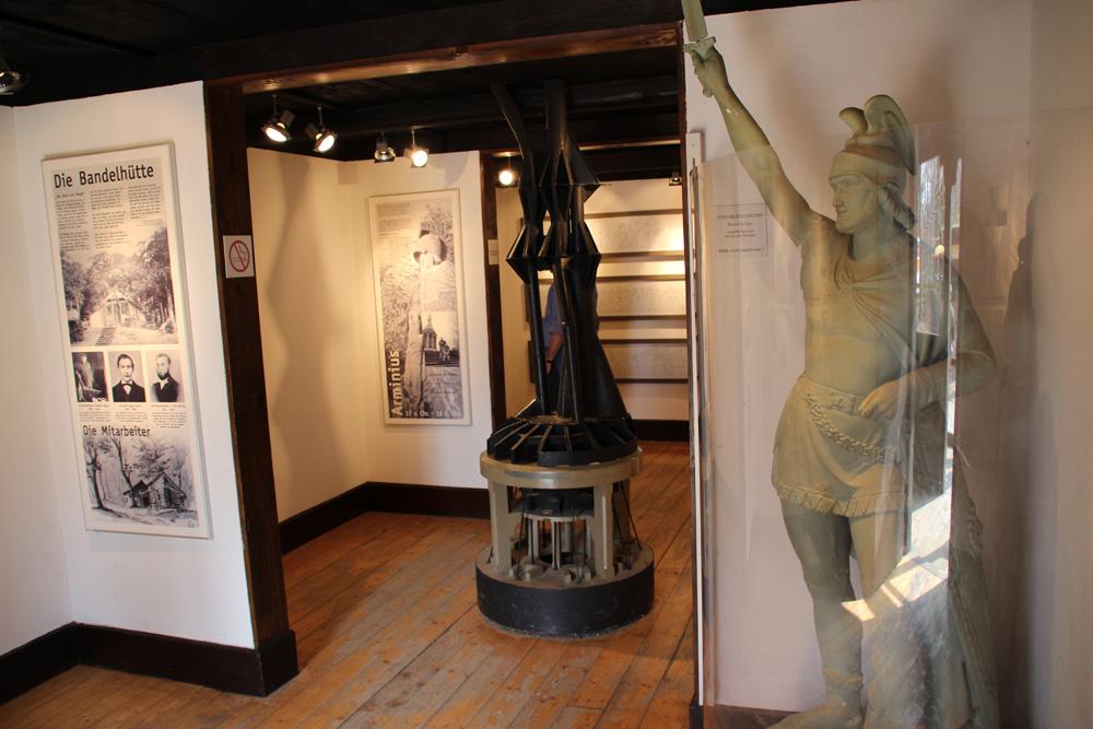 Im kleinen Museum ist auch ein Modell der Röhren im Inneren des Hermannsdenkmals zu sehen