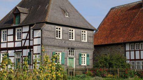 Neben den Häusern im Freilichtmuseum Detmold befinden sich liebevoll angelegte Bauerngärten