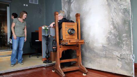 Im Fotostudio des Freilichtmuseums Detmold befinden alte Requisiten