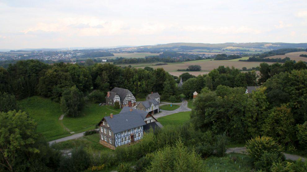 Vom Aussichtsturm genießt man einen wunderbaren Blick über das Freilichtmuseum Detmold und das Umland