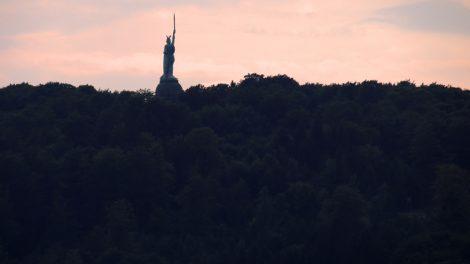 Weithin, wie hier aus dem Freilichtmuseum Detmold, ist das Hermannsdenkmal zu sehen