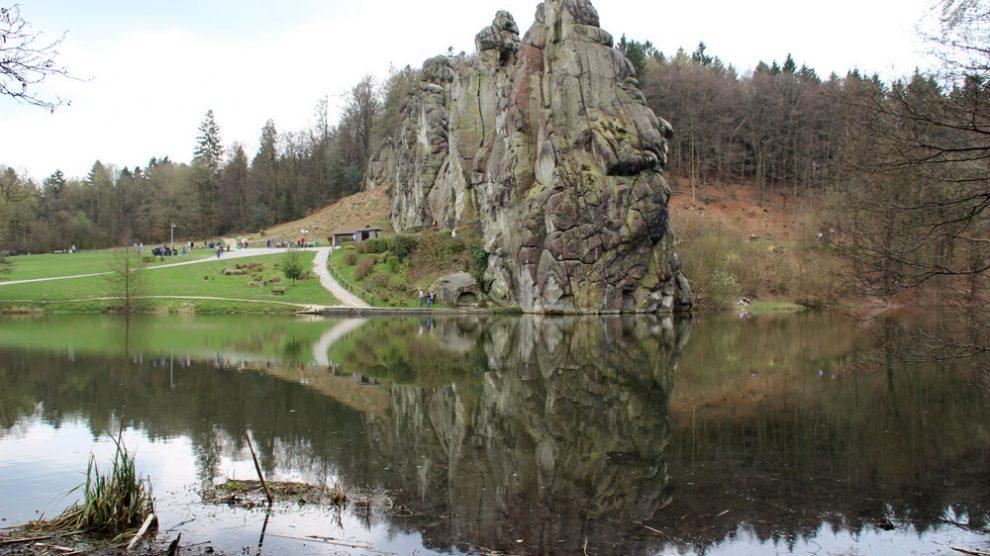 Die Spiegelung im Wasser bietet ein tolles Fotomotiv der Externsteine
