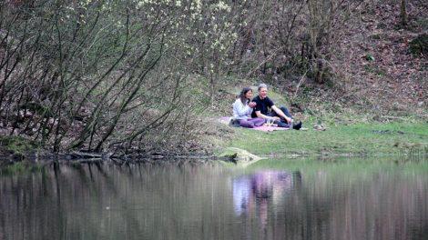 Am Teich neben den Externsteinen lässt es sich aushalten
